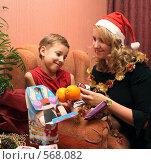 Купить «Мама и сын с новогодним подарком», фото № 568082, снято 18 ноября 2008 г. (c) Анна Игонина / Фотобанк Лори