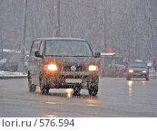 Машины двигаются по дороге в сильную метель (2008 год). Редакционное фото, фотограф lana1501 / Фотобанк Лори