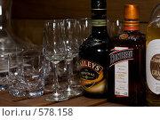 Бутылки ликера и бокалы (2008 год). Редакционное фото, фотограф Елена Куколева / Фотобанк Лори