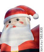 Надувной Санта Клаус с инеем на шапке на белом фоне (2008 год). Редакционное фото, фотограф Анатолий Заводсков / Фотобанк Лори