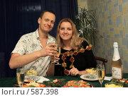 Купить «Молодая пара за праздничным столом», фото № 587398, снято 27 ноября 2008 г. (c) Анна Игонина / Фотобанк Лори