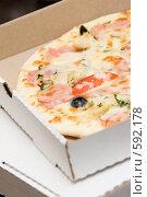 Купить «Пицца в коробке», фото № 592178, снято 15 ноября 2008 г. (c) Бутенко Андрей / Фотобанк Лори