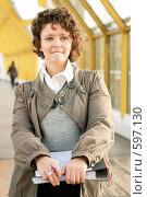 Купить «Молодая девушка, держащая в руках папку с документами», фото № 597130, снято 15 ноября 2008 г. (c) Дмитрий Яковлев / Фотобанк Лори
