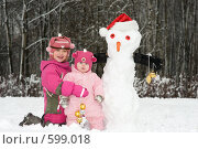 Купить «Две девочки со снеговиком», фото № 599018, снято 26 ноября 2008 г. (c) Юлия Шилова / Фотобанк Лори