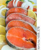 Купить «Свежая рыба-форель в лимонах», фото № 608378, снято 9 декабря 2008 г. (c) Ольга Кедрова / Фотобанк Лори