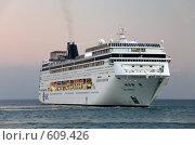 Купить «Большой круизный корабль (лайнер) в море у берегов Ялты», эксклюзивное фото № 609426, снято 12 октября 2008 г. (c) Алексей Бок / Фотобанк Лори