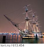 Купить «Кораблик на Неве. Санкт-Петербург», эксклюзивное фото № 613454, снято 5 декабря 2008 г. (c) Александр Алексеев / Фотобанк Лори