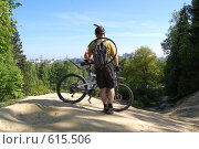 Велосипедист готовится к спуску с горы (2008 год). Редакционное фото, фотограф A Большаков / Фотобанк Лори