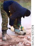 Купить «Распиловка тротуарного камня перед укладкой», эксклюзивное фото № 617974, снято 9 ноября 2008 г. (c) Виктор Тараканов / Фотобанк Лори