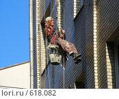 Маляр висит на тросе у стены дома (2008 год). Редакционное фото, фотограф lana1501 / Фотобанк Лори