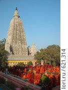 Купить «Буддистские монахи возле храма Махабодхи», фото № 621314, снято 21 декабря 2007 г. (c) крижевская юлия валерьевна / Фотобанк Лори