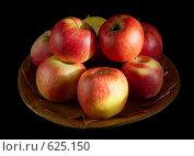 Спелые молдавские яблоки на деревянной тарелке. Стоковое фото, фотограф vlntn / Фотобанк Лори
