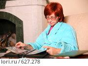 Купить «Пожилая женщина рассматривает фотоальбом», фото № 627278, снято 25 сентября 2008 г. (c) Vdovina Elena / Фотобанк Лори