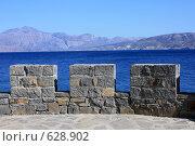Купить «Крепостная стена из серого камня на фоне синего моря и гор», эксклюзивное фото № 628902, снято 9 августа 2008 г. (c) Яна Королёва / Фотобанк Лори