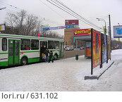 Купить «Автобус на остановке, Щелковское шоссе, район Гольяново, Москва», эксклюзивное фото № 631102, снято 24 декабря 2008 г. (c) lana1501 / Фотобанк Лори