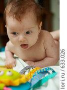 Грудной ребенок лежит на животе и смотрит на игрушку. Стоковое фото, фотограф Егор Половинкин / Фотобанк Лори