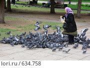 Купить «Старушка, кормящая голубей», фото № 634758, снято 24 мая 2008 г. (c) Анатолий Косолапов / Фотобанк Лори