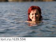 Купить «Девушка плавает в море», эксклюзивное фото № 639594, снято 25 сентября 2005 г. (c) Дмитрий Неумоин / Фотобанк Лори