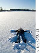 Купить «Ребёнок делает ангела на заснеженном льду», фото № 643482, снято 1 января 2009 г. (c) Медведева Мила / Фотобанк Лори