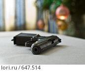 Купить «Пистолет на фоне Новогодней елки», фото № 647514, снято 9 января 2009 г. (c) Alexander Mirt / Фотобанк Лори