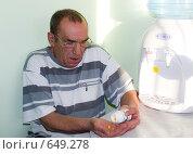 Пожилой мужчина с таблетками. Стоковое фото, фотограф Кочкаева Светлана Сергеевна / Фотобанк Лори