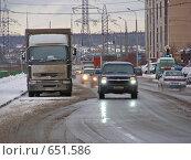 Купить «Машины едут по дороге», эксклюзивное фото № 651586, снято 27 ноября 2008 г. (c) lana1501 / Фотобанк Лори