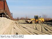 Купить «Погрузчик Hyundai везет ковш песка на фоне полувагонов», фото № 653682, снято 11 ноября 2008 г. (c) Игорь Гришаев / Фотобанк Лори