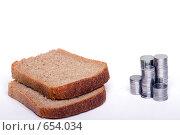 Купить «Два куска черного хлеба и монеты», фото № 654034, снято 24 мая 2019 г. (c) Алифиренко Виталий / Фотобанк Лори