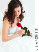 Купить «Девушка в постели с розой», фото № 656918, снято 2 марта 2008 г. (c) Алена Роот / Фотобанк Лори