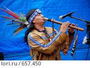 Купить «Индеец в национальном костюме, выступающий на улице», фото № 657450, снято 4 июня 2007 г. (c) Мирослава Безман / Фотобанк Лори