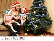 Купить «Мамы с детьми около ёлки едят мясо», фото № 658302, снято 15 января 2009 г. (c) Галина Жаркова / Фотобанк Лори