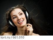 Купить «Девушка в наушниках», фото № 661010, снято 21 декабря 2008 г. (c) Константин Юганов / Фотобанк Лори