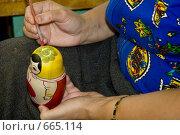 Роспись матрешки. Стоковое фото, фотограф Светлана Архи / Фотобанк Лори