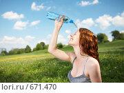 Купить «Девушка в парке льет себе на лицо воду», фото № 671470, снято 15 июля 2008 г. (c) Raev Denis / Фотобанк Лори