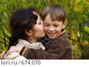 Купить «Мама целует сына», фото № 674070, снято 4 октября 2008 г. (c) Денис Шароватов / Фотобанк Лори