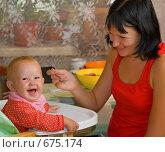 Купить «Мама кормит с ложки маленькую дочку», фото № 675174, снято 31 августа 2008 г. (c) Олег Кириллов / Фотобанк Лори