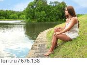 Купить «Беременная женщина на берегу водоема», фото № 676138, снято 27 июля 2008 г. (c) Astroid / Фотобанк Лори
