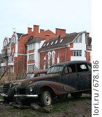 Старые машины на фоне нового дома (2008 год). Редакционное фото, фотограф Анна Дегтярёва / Фотобанк Лори