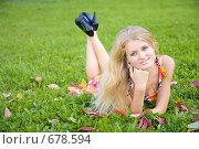 Купить «Молодая женщина лежит на зеленом газоне», фото № 678594, снято 8 сентября 2008 г. (c) Вадим Пономаренко / Фотобанк Лори