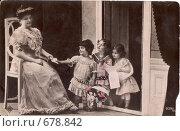 Купить «Женщина с детьми. Дореволюционная открытка», фото № 678842, снято 27 мая 2018 г. (c) Ольга Батракова / Фотобанк Лори