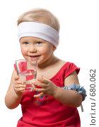 Купить «Девочка 2х лет пьет чистую воду», фото № 680062, снято 20 января 2009 г. (c) Ольга Кедрова / Фотобанк Лори