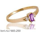 Золотое кольцо с аметистом на белом фоне. Стоковое фото, фотограф Андрей Чмелёв / Фотобанк Лори