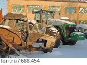 Два трактора (2007 год). Редакционное фото, фотограф семен плужник / Фотобанк Лори