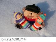 Купить «Вязаные папа и дети на снегу», фото № 690714, снято 1 февраля 2009 г. (c) Марина Милютина / Фотобанк Лори