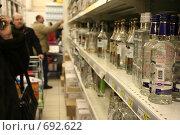 Купить «Покупатели водки», фото № 692622, снято 7 февраля 2009 г. (c) тб / Фотобанк Лори