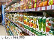 Купить «Полки с упаковками фруктовых соков  в супермаркете», фото № 692906, снято 8 февраля 2009 г. (c) Баевский Дмитрий / Фотобанк Лори