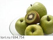 Купить «Зеленые фрукты: яблоко и киви», фото № 694754, снято 6 февраля 2009 г. (c) Лисовская Наталья / Фотобанк Лори