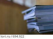 Купить «Стопка журналов на столе», фото № 694922, снято 12 июля 2008 г. (c) Артём Сапегин / Фотобанк Лори