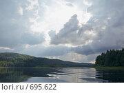 Купить «Солнце пробивается сквозь тучи», фото № 695622, снято 11 июля 2008 г. (c) Максим Стриганов / Фотобанк Лори