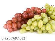 Купить «Грозди красного и зеленого винограда на белом фоне», фото № 697082, снято 24 августа 2008 г. (c) Мельников Дмитрий / Фотобанк Лори